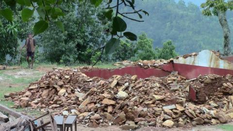 Ecole comptant 60 élèves de la maternelle à la 5eme primaire. Les bâtiments sont complétement détruits, seules les toilettes ont été épargnées. Ils ont déjà construit des classes temporaires. Ils nous ont demandé une aide pour financer le déblaiement des